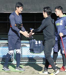 小川(右)と握手する奥川