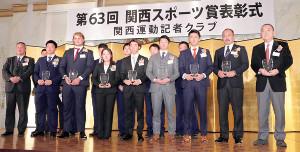 各競技の受賞者とともに壇上に並んだ阪神・近本(前列右から4人目)