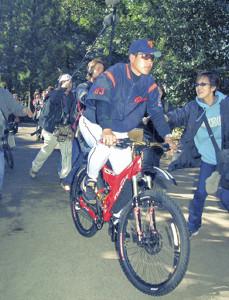 02年の宮崎キャンプで自転車に乗って移動する原監督
