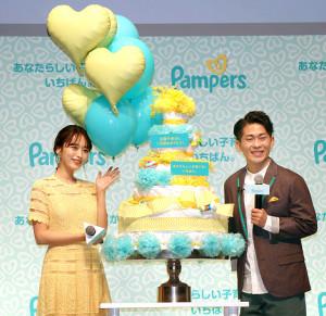 おむつケーキで祝福された近藤千尋とジャングルポケット太田博久夫妻