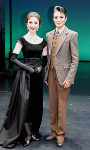雪組「ワンス アポン ア タイム イン アメリカ」の新人公演を終え、舞台上で笑顔の諏訪さき(右)と潤花