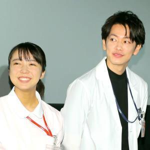 上白石萌音(左)、佐藤健