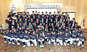 30周年での全国大会出場へ向け阪神・小野寺選手(3列目中央)と意気込む南都ナインら