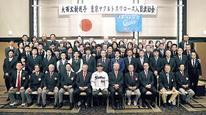 大西投手(最前列中央)を囲み記念撮影に納まる関係者ら