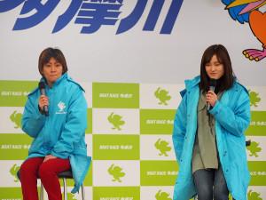 ボートレース多摩川でトークショーを行った平田さやか(左)と生田波美音