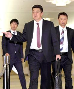 監督会議の会場に入る広島・佐々岡監督