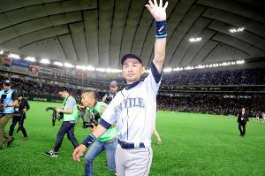 東京ドームでの試合終了後、場内を一周して最後まで残ったファンに感謝を伝えたイチロー