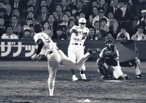 85年4月17日の阪神・巨人戦のバックスクリーン3連発。7回2死、バースに続き掛布が中越えソロを放つ(投手・槙原、捕手・佐野)