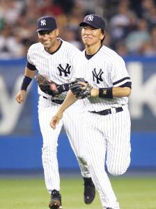笑顔でベンチへ戻るジーター(左)と松井
