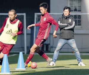 世界に通用する選手の育成を目指し、独特の指導を貫く興国高・内野智章監督(右)