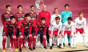 新体制発表会見に臨むザーゴ新監督(2列目中央)と11人の新加入選手