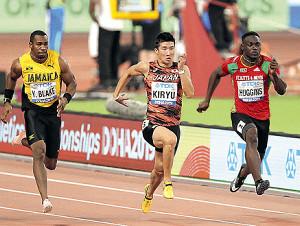 昨年の世界陸上で男子100メートル予選に出場した桐生(中)