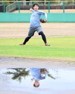雨天のため、まだ水たまりのあるグラウンドでキャッチボールを行う山口(カメラ・石田 順平)