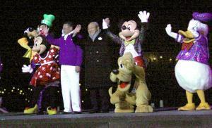 閉園後のTDSで開催されたサンクスデーセレモニーでミッキーマウスらディズニーの仲間たちと手を振るOLC上西京一郎社長(中央左)と加賀見俊夫会長(同右)