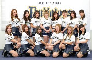 BsGirls2020のメンバーに決まり、笑顔で撮影に応じる(前列左から)MIYU、NUI、SAYAKA、INA、CHAL、YURINA(後列左から)YUKINA、AMANE、MOEKA、NATSU、REINA、YUUKI、NANAMI、SAKURA
