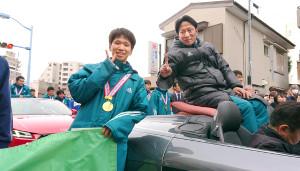 箱根駅伝で2年ぶり5度目の優勝を果たした青学大は相模原市内で優勝パレードを行った。原監督(右)と吉田祐也は満面