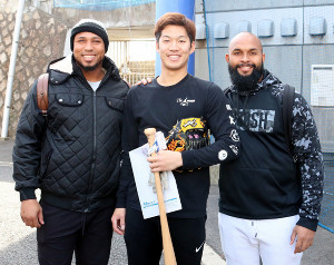 来日初練習を行ったシエラ(左)は京田(中)、アルモンテと笑顔