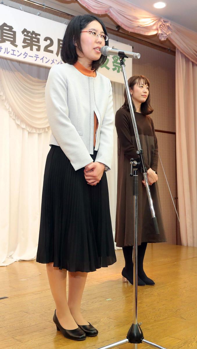 ファンに挨拶をする里見香奈女流名人(左)と谷口由紀女流三段