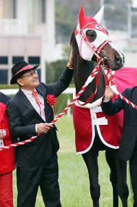 引退式でリスグラシューを労う矢作調教師(カメラ・高橋 由二)