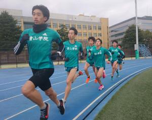 箱根駅伝優勝パレードを行う前、練習に励む青学大ランナー。岸本(左から2人目)は練習後、パレードに参加せず、TOEIC受験に直行した