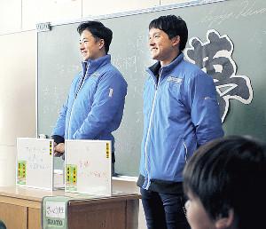 小学生の前で自らの夢を発表した斎藤(左)と杉谷