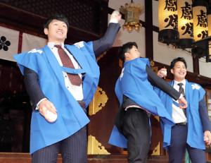 大阪天満宮で福玉まきを行った(左から)近本、小幡、木浪