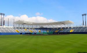 改修工事でバックネット裏に屋根が設置されたタピックスタジアム名護