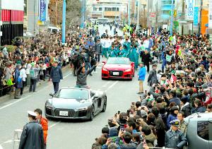キャンパスのある淵野辺駅前で優勝パレードし、笑顔で手を振る青学大・原監督(手前)と選手たち