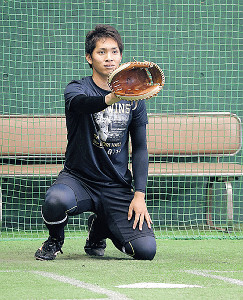 ブルペンで捕手を務め、横川の球を受ける高橋