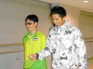 視覚障害クラスの短距離走を体験した藤光謙司(左はパラ選手の鈴木秀俊)