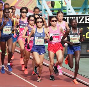 スタート直後から先頭集団で走る(右3人目から)松田瑞生、1人おいて谷本観月、小原怜