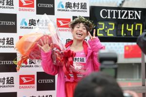 優勝し笑顔でVサインをする松田瑞生(カメラ・岩崎 龍一)