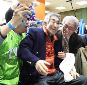 徳勝龍が初優勝を決めて号泣する父・順次さん(左から2人目)
