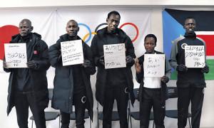 自ら書いた好きな日本語を披露する(左から)ジョセフコーチ、マイケル選手、アブラハム選手、ルシア選手、アクーン選手(それぞれの下にある写真は日本語学校で年明けにチャレンジした書き初め)