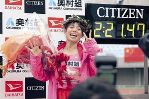 2時間21分47秒のタイムで優勝した松田瑞生は笑顔でポーズ(カメラ・岩崎 龍一)