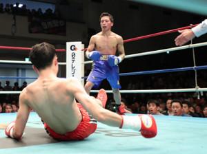 安藤教祐(左)から形勢逆転のダウンを奪う表祥(右)。田村記者もリングサイド(右)で驚きの表情を浮かべる