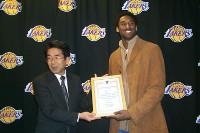 2001年12月、米ロサンゼルスで神戸大使に任命され笑顔を見せるコービー・ブライアントさん(神戸市提供)