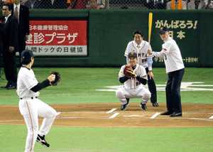 始球式に臨む(右から)打者の長嶋終身名誉監督、球審の安倍晋三首相、捕手の原監督、投手の松井秀喜氏