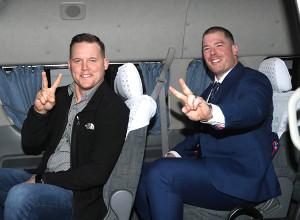 出迎えの車に乗り、笑顔でポーズのサンズ(左)とボーア