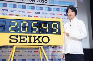 東京マラソンで日本新記録の2時間5分49秒を指して意欲を示す設楽悠太(カメラ・矢口 亨)