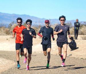 標高2000メートル超の米アリゾナ州フラッグスタッフで高地トレーニングに励む東海大の阪口(左から2人目)と塩沢(右端)=東海大陸上部提供=