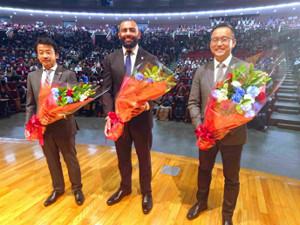 母校・東海大で講演を行ったリーチ。左は東海大ラグビー部の木村監督、右は村上晃一氏