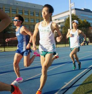 別大マラソンに向けて最後のポイント練習を行った青学大の吉田祐也(右)。再びの快走が期待される