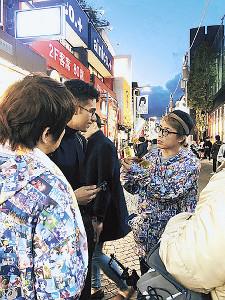 ロンブー復活前日、原宿で自身のユーチューブチャンネル登録を訴える田村淳(右)