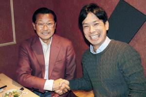 固い握手を交わす駒大・大八木弘明監督(左)と国学院大・前田康弘監督