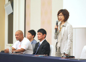 全体ミーティングであいさつする南場智子オーナー(左からラミレス監督、丸山剛史通訳、三原一晃球団代表)