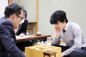 棋王戦予選を終え、今泉健司四段(左)と感想戦を行う藤井聡太七段