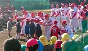 キャンプイン歓迎会で地元園児に帽子をプレゼントする広島ナイン