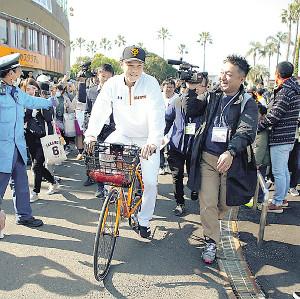 自転車で移動する坂本