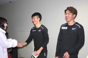レース後に握手会を行った陸上短距離の(左から)多田修平、白石黄良々